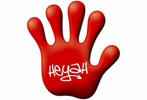 """Charakterystyczna czerwona łapa z napisem – logotypem """"Heyah"""""""