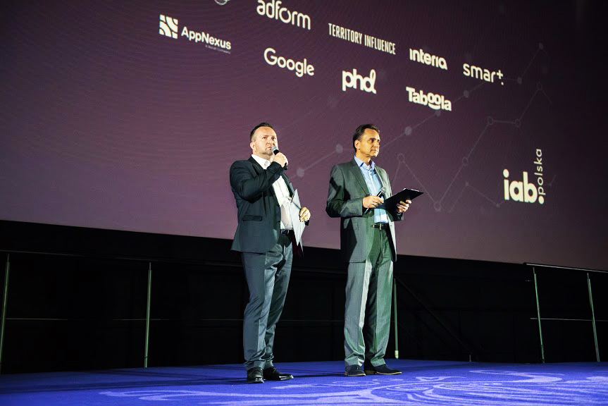 Dwóch mężczyzn na scenie - poczatek forum iab interact 2019