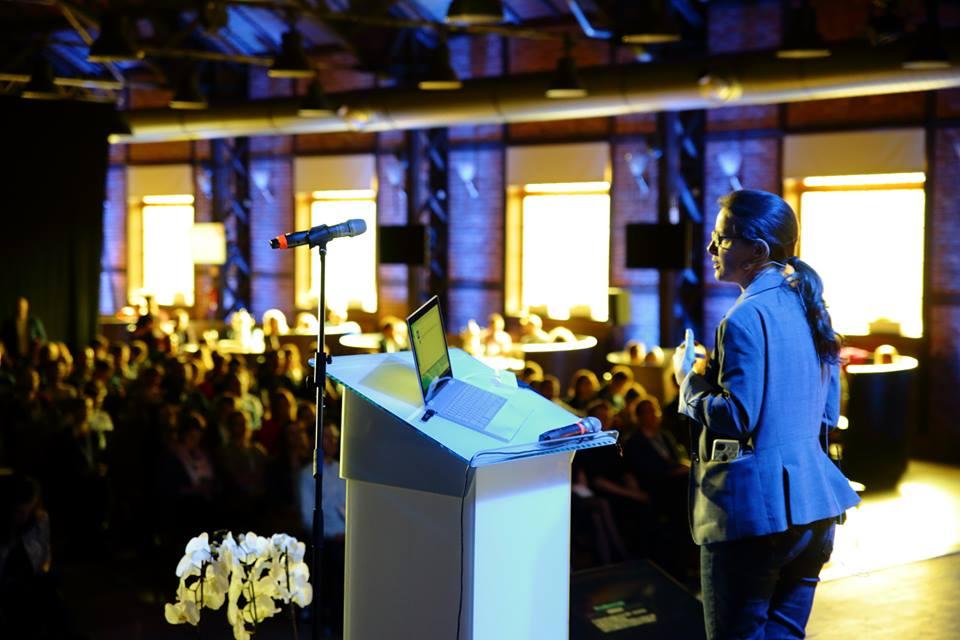 Mównica i prelegent a także publiczność w trakcie wydarzenia Mobile Trends Conference