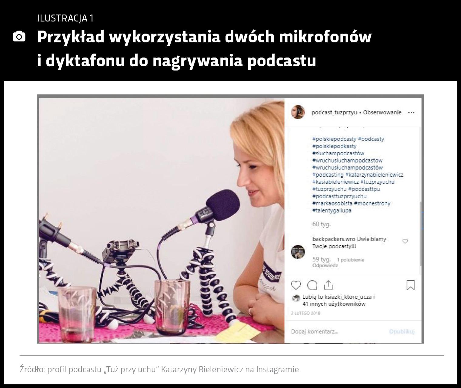 Grafika przedstawia kobietę nagrywającą podcast, przy mikrofonie przy biurku na którym leżą stojaki z dyktafonem i drugim mikrofonem.