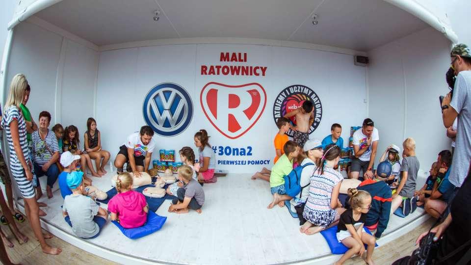 Dzieci uczą się udzielania pierwszej pomocy. Mali ratownicy - akcja wakacyjna